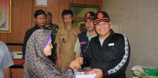 Bupati Bandung Barat Aa Umbara Sutisna memberikan bantuan kepada korban banjir bandang di Desa Cipenduy Kecamatan Padalarang. Selasa (7/1/2020). Foto:Hendri/BBPOS